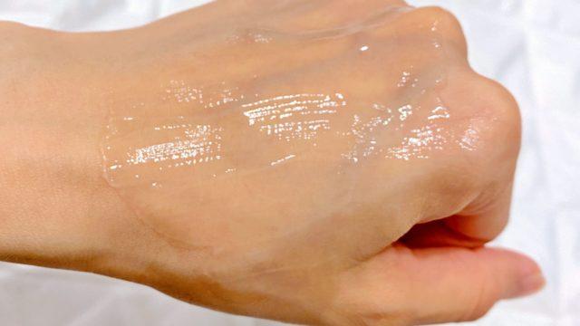 ラゴムジェルトゥウォータークレンザーを手の甲に伸ばした画像